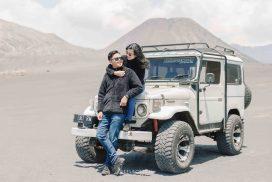 Foto Prewedding Outdoor di alam terbuka, dataran tinggi gunung bromo menggunakan monil Jeep