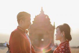 Foto Prewedding Outdoor di sebuah tempat bersejarah, salah satu candi di daerah Yogyakarta dengan konsep adat tradisional