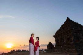 Foto Prewedding Outdoor di tempat wisata, sebuah candi di daerah Yogyakarta dengan konsep adat tradisional dan ditemani senja